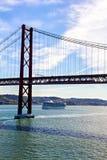 25th Kwietnia statek wycieczkowy i most Obraz Stock
