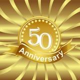 50th logotipo da fita do aniversário com raios de luz dourados Fotografia de Stock