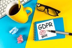 25th Maja 2018 urzeczywistnienie standardów Ogólnych dane ochrony przepis lub GDPR - notatka przy biurowym miejscem pracy z obraz stock