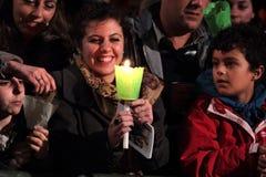 Flickan under posterar av Cross som varas ordförande vid av Pope Francis mig Royaltyfria Foton