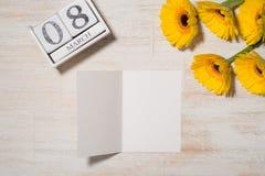 8th mars Kvinnans kortet för daghälsningen med guling blommar uppvaktar över Arkivfoton