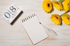 8th mars Kvinnans kortet för daghälsningen med guling blommar uppvaktar över Arkivbild