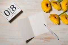 8th mars Kvinnans kortet för daghälsningen med guling blommar uppvaktar över Royaltyfria Foton