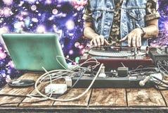 9th mars Världsdagdiscjockey discjockey som spelar musik på blandarecloseupen discjockey på fjärrkontrollen i en nattklubb Royaltyfri Bild