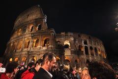 Tłum przed Colosseum podczas sposobu krzyż w Rzym Zdjęcie Stock