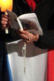 Modlitwy podczas stacj krzyż z Pope Francis Ja Zdjęcia Royalty Free