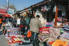 8th November, 2104-Beijing, Kina Pekingfolket shoppar in i f royaltyfri fotografi