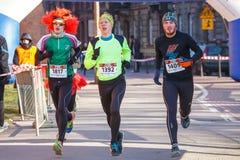 12th nytt års Eve Race i Krakow Folket som kör iklädda roliga dräkter Royaltyfri Bild
