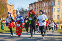12th nytt års Eve Race i Krakow Folket som kör iklädda roliga dräkter Royaltyfria Foton