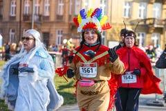 12th nytt års Eve Race i Krakow Folket som kör iklädda roliga dräkter Arkivfoton
