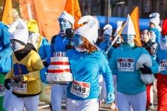 12th nytt års Eve Race i Krakow Folket som kör iklädda roliga dräkter Royaltyfri Foto
