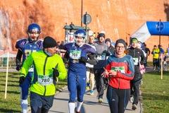 12th nytt års Eve Race i Krakow Folket som kör iklädda roliga dräkter Royaltyfria Bilder