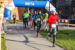 12th nytt års Eve Race i Krakow Folket som kör iklädda roliga dräkter Arkivbilder