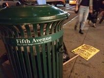 5th område för avenyaffärsförbättring, politiskt protesttecken nära avskrädet, NYC, NY, USA Arkivbilder