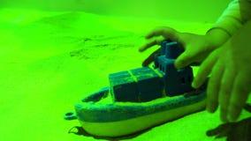 Th?rapie de sable Jeu de Childs avec des bateaux de jouet en sable Le travail de la session de Psychotherapy de psychologue clips vidéos