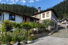 19 th?rhundradehus i historisk stad av Shiroka Laka, Smolyan region, Bulgarien royaltyfri foto