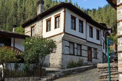19 th?rhundradehus i historisk stad av Shiroka Laka, Smolyan region, Bulgarien royaltyfri bild