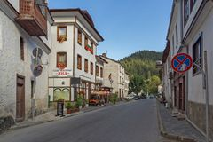 19 th?rhundradehus i historisk stad av Shiroka Laka, Smolyan region, Bulgarien arkivfoto