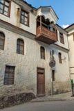 19 th?rhundradehus i historisk stad av Shiroka Laka, Smolyan region, Bulgarien royaltyfria foton