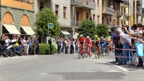 18 th scena 101 ° Giro d ` Italia 05 2 201 201, w przybliżeniu 15 cykliści krzyżują piazza Michele Ferrero piazza Savona Fotografia Royalty Free