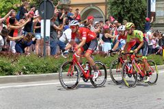 18 th scena 101 ° Giro d ` Italia 05 2 201 201, w przybliżeniu 15 cykliści krzyżują piazza Michele Ferrero piazza Savona Zdjęcie Stock