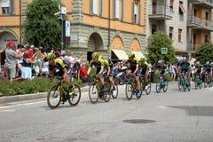 18 th scena 101 ° Giro d ` Italia 05 2 201 201, w przybliżeniu 15 cykliści krzyżują piazza Michele Ferrero piazza Savona Obraz Royalty Free