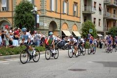 18 th scena 101 ° Giro d ` Italia 05 2 201 201, w przybliżeniu 15 cykliści krzyżują piazza Michele Ferrero piazza Savona Zdjęcie Royalty Free