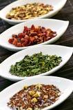 Thé sec assorti de santé de fines herbes dans des cuvettes Photo stock