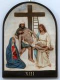 13th stationer av korset, Jesus `-kropp tas bort från korset Arkivbilder