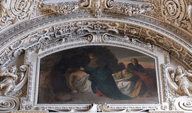 14th stationer av korset, Jesus läggas i gravvalvet och täckas i rökelse Arkivbild