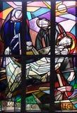 14th stationer av korset, Jesus läggas i gravvalvet och täckas i rökelse Arkivfoton
