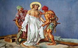 10th stationer av korset, Jesus rivs av av hans plagg Fotografering för Bildbyråer