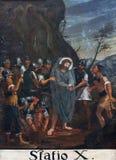 10th stationer av korset, Jesus rivs av av hans plagg Royaltyfri Fotografi