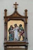 10th stationer av korset, Jesus rivs av av hans plagg Arkivbilder