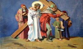 5th stationer av korset, Simon av Cyrene bär korset Royaltyfri Bild