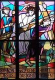 5th stationer av korset, Simon av Cyrene bär korset Royaltyfria Foton