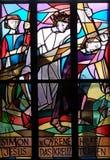 5th stationer av korset, Simon av Cyrene bär korset Royaltyfri Fotografi