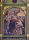 5th stationer av korset, Simon av Cyrene bär korset Arkivbilder