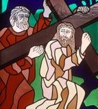 5th stationer av korset, Simon av Cyrene bär korset Fotografering för Bildbyråer