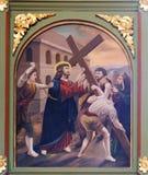 5th stationer av korset, Simon av Cyrene bär thkorset Royaltyfria Bilder