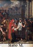 6th stationer av korset, Veronica torkar framsidan av Jesus Arkivbild