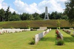 5th uppdelningsminnesmärke för australier som ses från den nya brittiska kyrkogården för Buttes, polygonträ Royaltyfria Foton