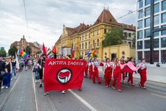 15th Zagreb duma LGBTIQ aktywiści trzyma duma sztandar Obraz Stock