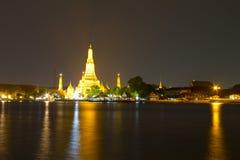 Or thaïlandais de temple sur le côté de rivière image stock