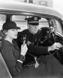 使用收音机的妇女在有警察的汽车(所有人被描述不更长生存,并且庄园不存在 供应商保单tha 免版税库存图片