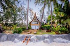 传统泰国在海滩附近的房子现代建筑学在Tha 免版税库存图片