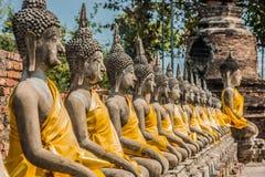 Tha alinhado de Wat Yai Chaimongkol Ayutthaya Banguecoque das estátuas de buddha imagem de stock
