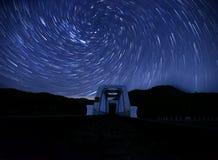 Tha Chomphu järnvägsbro en slinga för virvelspiralstjärna i himlen royaltyfri fotografi