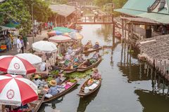 Tha Kha Floating Market, Samut Songkhram, Thailand - November 10, 2017 : The atmosphere of trading goods and food, Stock Images