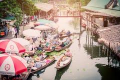 Tha Kha Spławowy rynek, Samut Songkhram Tajlandia, Listopad, - 10, 2017: Atmosfera handlarscy towary i jedzenie, na rocznik łodzi Zdjęcia Stock